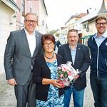 Zum 75. Geburtstag von Hedwig Gary gratulierten Bürgermeister Thomas Widrich (v. l.) sowie die Gemeinderäte Andreas Lechner und Simon Widrich.