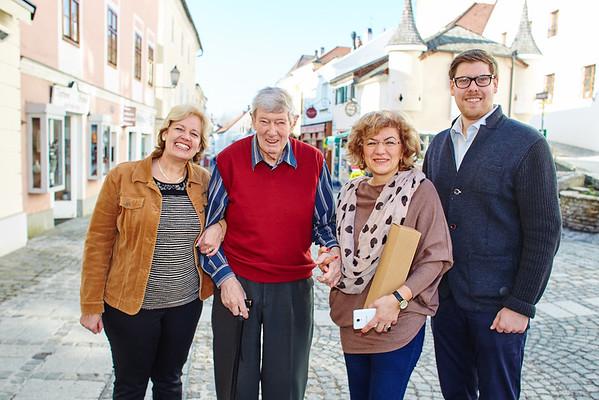Zum 85. Geburtstag von Ernst Bauer gratulierten im Jänner Gemeinderätin Beatrix Leeb (v. l.), Ana Durdeu und Gemeinderat Simon Widrich. Foto: Stadt Melk / Gleiß