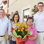 Zum 80. Geburtstag von Annemarie Bauer gratulierten Gemeinderat Andreas Lechner (v. l.), Tochter Gerlinde Bauer und Gemeinderat Simon Widrich. <br /> Foto: Stadt Melk / Sigrid Brandl