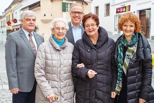 Zum 95. Geburtstag von Maria Zahorik gratulierten im März Gemeinderat Helmut Grünberger (v. l.), Bürgermeister Thomas Widrich, Tochter Elfriede Zehethofer und Gemeinderätin Heidegund Niederer.<br /> Fotocredit: Stadt Melk / Gleiß
