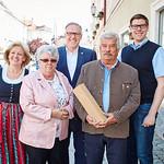 Zum 75. Geburtstag von Alfred Staufer gratulierten Gemeinderätin Beatrix Leeb (v. l.), Gattin Dagmar Staufer, Bürgermeister Thomas Widrich und Gemeinderat Simon Widrich.<br /> Fotocredit: Stadt Melk / Gleiß