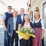 Zur goldenen Hochzeit von Anneliese und Leopold Hornisch gratulierten Gemeinderat Simon Widrich (v. l.), Bürgermeister Thomas Widrich und Gemeinderätin Beatrix Leeb. <br /> Fotocredit: Stadt Melk / Gleiß