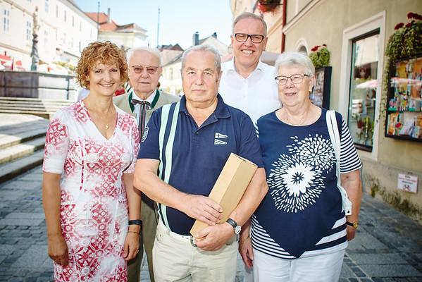 Zum 75. Geburtstag von Adolf Janisch gratulierten im August die Gemeinderäte Heidegund Niederer und Franz Ofner, Bürgermeister Thomas Widrich und Leopoldine Edlinger.<br /> Foto: Stadt Melk / Gleiß