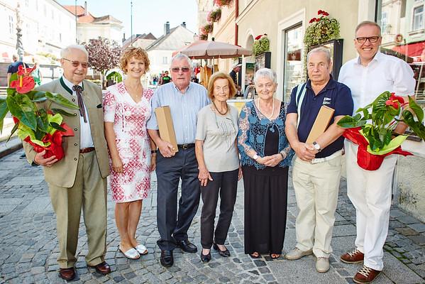 Bei den Gemeindegratulationen im August: die Gemeinderäte Franz Ofner (v. l.) und Heidegund Niederer mit Franz Winkler (80), Gisela Eder (85), Herta Freiberger (85), Adolf Janisch (75) und Bürgermeister Thomas Widrich.<br /> Foto: Stadt Melk / Gleiß