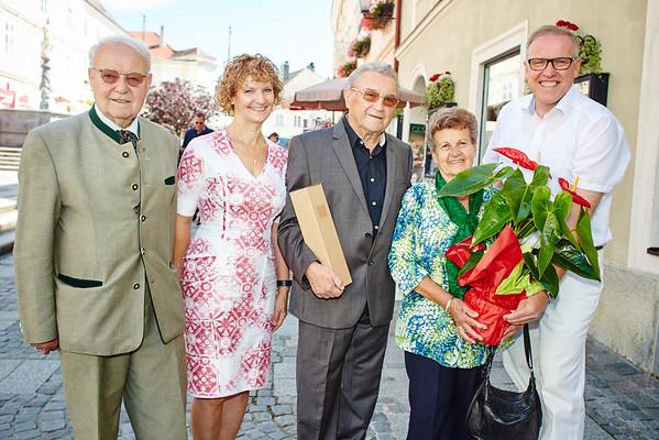 Zur Diamanthochzeit von Herbert und Aloisia Zierlich gratulierten die Gemeinderäte Franz Ofner und Heidegund Niederer sowie Bürgermeister Thomas Widrich.<br /> Foto: Stadt Melk / Gleiß