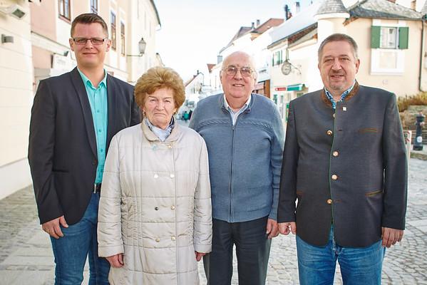 Zum 80. Geburtstag von Gertrude Pflüger gratulierten Stadtrat Jürgen Eder (v. l.), Gatte Kurt Pflüger und Gemeinderat Andreas Lechner. Fotocredit: Stadt Melk / Gleiß