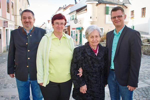Zum 85. Geburtstag von Margarethe Mistelbauer gratulierten Gemeinderat Andreas Lechner (v. l.), Tochter Christa Hofbauer und Stadtrat Jürgen Eder. Fotocredit: Stadt Melk / Gleiß