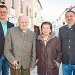 Zum 80. Geburtstag von Rosina Baumgartner gratulierten Stadtrat Jürgen Eder (v. l.), Gatte Franz Baumgartner und Gemeinderat Andreas Lechner. Fotocredit: Stadt Melk / Gleiß