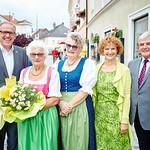 Zum 80. Geburtstag von Hedwig Aichinger gratulierten im Juli Bürgermeister Thomas Widrich (v. l.), Tochter Edith Özelt sowie die Gemeinderäte Heidegund Niederer und Helmut Grünberger. <br /> Foto: Stadt Melk / Gleiß