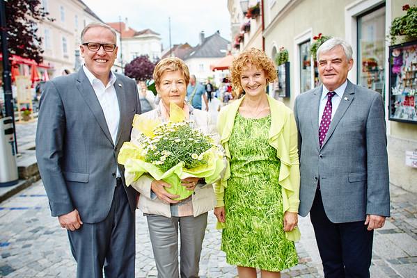 Zum 75. Geburtstag von Margarete Leichtfried gratulierten im Juli Bürgermeister Thomas Widrich (v. l.) sowie die Gemeinderäte Heidegund Niederer und Helmut Grünberger.<br /> Foto: Helmut Grünberger.<br /> Foto: Stadt Melk / Gleiß