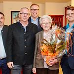 Zum 90. Geburtstag von Barbara Prenner im November gratulierten Gemeinderat Andreas Lechner (v. l.), Fritz Prenner, Bürgermeister Thomas Widrich und Stadtrat Jürgen Eder. <br /> Foto: Stadt Melk / Gleiß