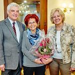 Zum 75. Geburtstag von Agnes Engel gratulierten die Gemeinderäte Helmut Grünberger und Beatrix Leeb. <br /> Foto: Stadt Melk / Gleiß