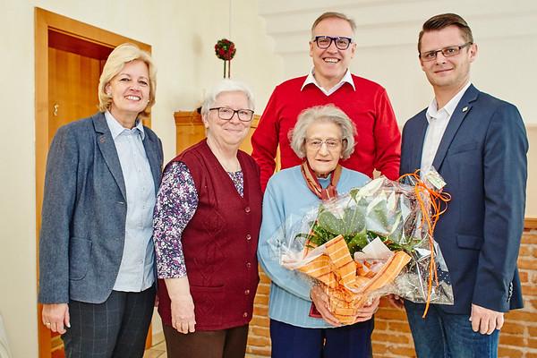 Zum 95. Geburtstag von Aloisia Zeilinger gratulierten im Jänner Gemeinderätin Beatrix Leeb (v. l.), Margarethe Heinreichsberger, Bürgermeister Thomas Widrich und Stadtrat Jürgen Eder. <br /> Foto: Stadt Melk / Gleiß