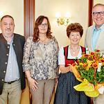 Zum 75. Geburtstag von Margareta Langmann gratulierten Gemeinderat Andreas Lechner (v. l.), Iris Langer und Bürgermeister Thomas Widrich. <br /> Foto: Stadt Melk / Gleiß