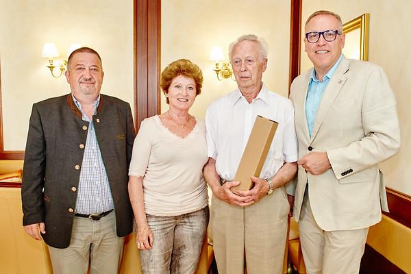 Zum 90. Geburtstag von Friedrich Hengl gratulierten Gemeinderat Andreas Lechner (v. l.), Brigitte Kern und Bürgermeister Thomas Widrich. <br /> Foto: Stadt Melk / Gleiß