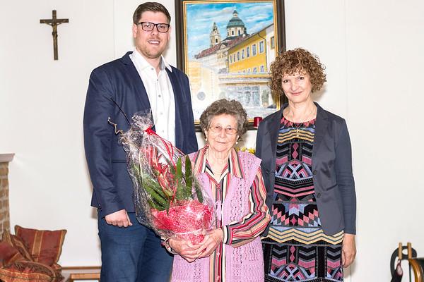 Zum 85. Geburtstag von Maria Kremser gratulierten im Mai Gemeinderat Simon Widrich und Gemeinderätin Heidegund Niederer. <br /> Foto: Nimo Zimmerhackl