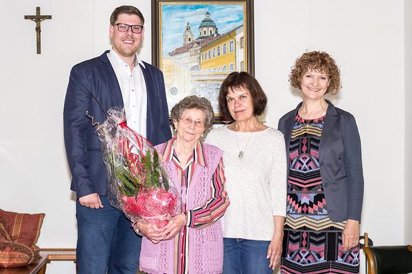 Zum 85. Geburtstag von Maria Kremser gratulierten im Mai Gemeinderat Simon Widrich, Anna Moslinger und Gemeinderätin Heidegund Niederer. <br /> Foto: Nimo Zimmerhackl