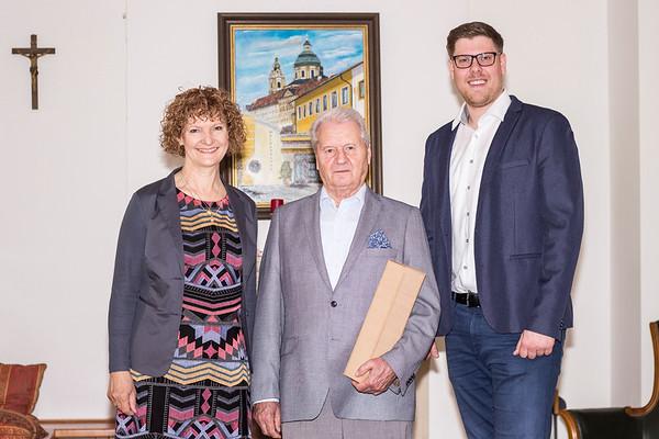 Zum 75. Geburtstag von Engelbert Thir gratulierten im Mai Gemeinderätin Heidegund Niederer und Gemeinderat Simon Widrich. <br /> Foto: Nimo Zimmerhackl