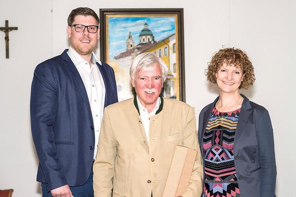 Zum 75. Geburtstag von Primarius a. D. Gernot Böhmer gratulierten im Mai Gemeinderat Simon Widrich und Gemeinderätin Heidegund Niederer. <br /> Foto: Nimo Zimmerhackl