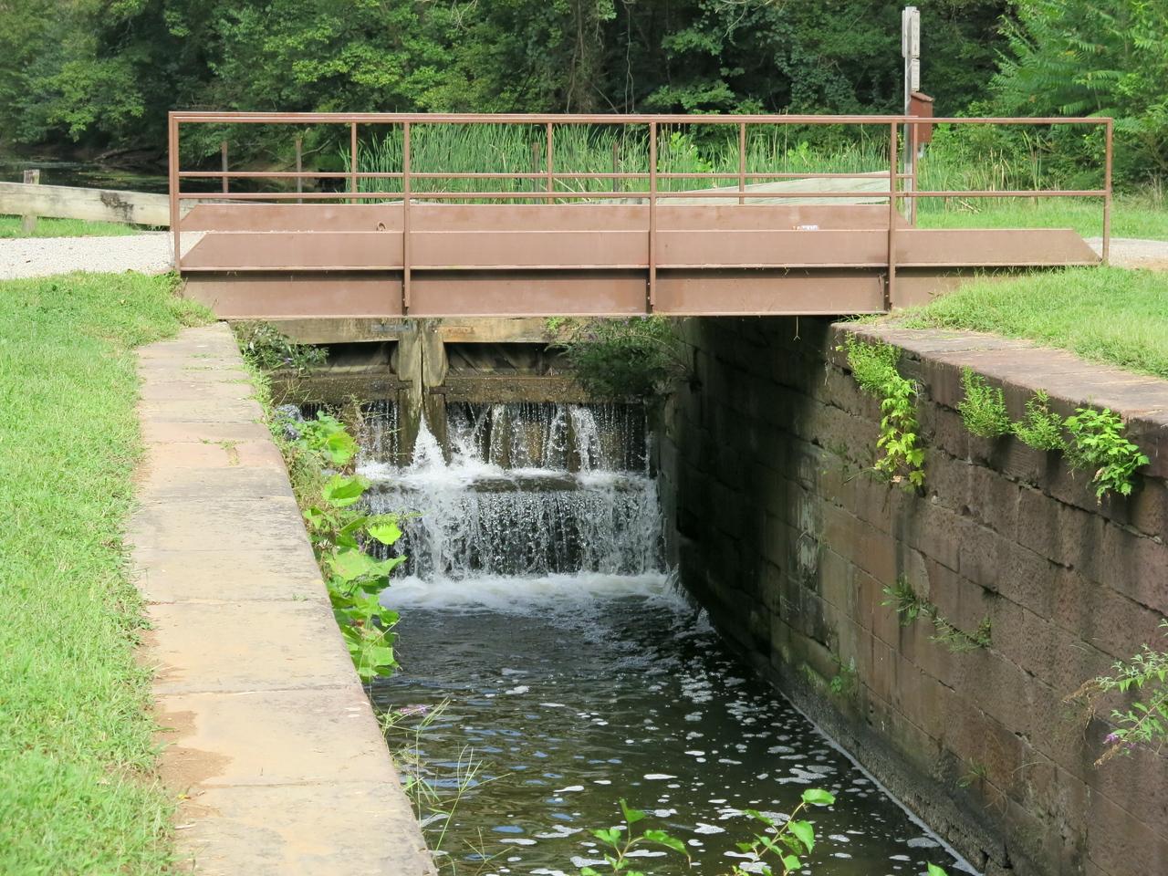 The upstream gate and bridge over Lock 21