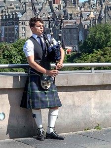 Kemmerer___Playing the bagpipes in downtown Edinburgh