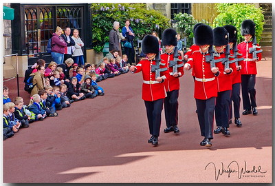 05122014_Windsor_Castle_Changing_Guard_Children_Watching_DSC2106_Sig_Bor