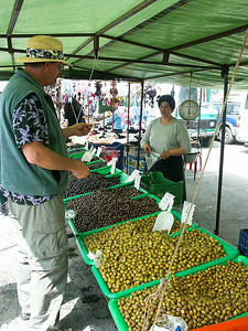 greek-olive-shopping