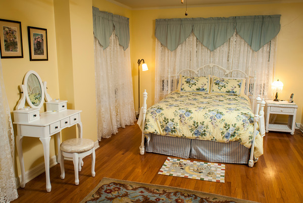 Marla Halbrook has decorated this guest bedroom in a bright, sunny manner.