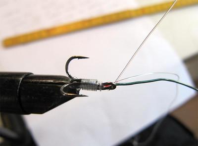 Haveståltråd bindes på trekrogen med knudeløs knude