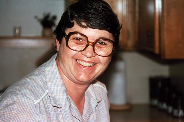 1985/11 - Pat in kitchen at house on Crakston Street in Houston.