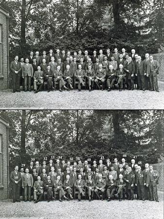 F0143 <br /> Foto uit 1934 ter gelegenheid van het afscheid van A.Warnaar ('Bram Politiek') van de A.R.-kiesvereniging, Sassenheim (op de foto zittend in het midden van de voorste rij). A.Warnaar was raadslid in Sassenheim tot 19 juni 1934.<br /> Bij koninklijk besluit van 15 mei 1934 werd hij benoemd tot burgemeester van Hazerswoude. Hij bleef dit tot aan zijn arrestatie door de Duitsers op 30 juni 1941. Na de oorlog was hij weer burgemeester van Hazerswoude vanaf 5 mei 1945 tot en met 30 november 1947.<br /> Bij koninklijk besluit van 1 december 1947 werd hij tot burgemeester van Waddinxveen benoemd. Per 1 december 1958 werd hij eervol ontslagen. Hij overleed op 16 november 1975 op 83-jarige leeftijd.<br /> <br /> 1Aad den Hoed<br /> 2Maarten Benschop<br /> 3Bas van de Sijs<br /> 4P. Potman<br /> 5A Warnaar<br /> 6Adriaan Vogelaar<br /> 7Henk van Zonneveld<br /> 8Willem Warnaar<br /> 9Jan Wiepkema<br /> 10dr. P. le Grand<br /> 11ds. Pieter Dinus Kuijper<br /> 12Piet Luijk<br /> 13Bas van Steensel<br /> 14Willem Verhoog<br /> 15Piet Benschop<br /> 16Jan Moolenaar Pzn<br /> 17Gerrit Kruik<br /> 18Jan Benschop<br /> 19Jacob Krösschell<br /> 20Johannes van Nieuwkoop<br /> 21Jacob Duindam<br /> 22Jacob Bette<br /> 23Dirk Kruit<br /> 24Piet Nicola<br /> 25Jozua van Ginhoven<br /> 26kapper Jan de Jong<br /> 27W. van Diggelen<br /> 28J.H. Perfors<br /> 29Klaas van der Kwaak<br /> 30nb<br /> 31Gerrit Zandbergen<br /> 32Siem de Ridder<br /> 33Jacob van Nieuwkoop<br /> 34A. 't Hart<br /> 35Klaas Honders<br /> 36Bart Moolenkamp<br /> 37Henk Noort<br /> 38J. Dreef<br /> 39Cees Cusell<br /> 40Anton Bergman<br /> 41Leen van Leeuwen jr.<br /> 42Huib van Ginhoven<br /> 43Hendrik Lucas Boter<br /> 44Eef  Krösschell<br /> 45Piet Kouwenhoven<br /> 46G.M. Broekstra<br /> 47Adriaan Luyk<br /> 48Piet van der Heiden