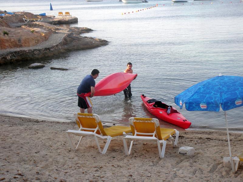 Akela flipped his kayak...nice one !