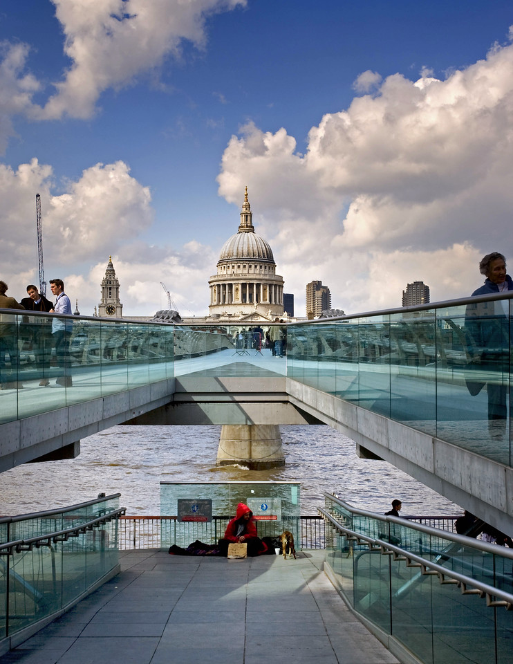 London: The wobbly bridge - supporting St Paul's?
