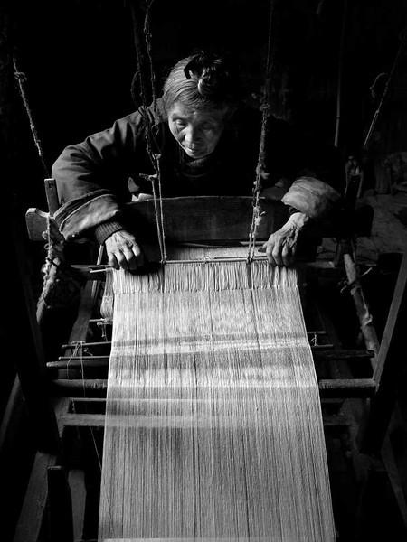 侗寨老人    Elder Weaver