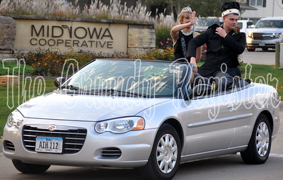 2016 king and queen Landon Gunderson (right) and Claire Stufflebeam (left) ride in the parade.