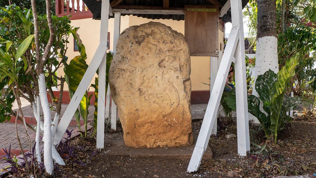 Flores Guatemala: Parque Centrale Mayan stones
