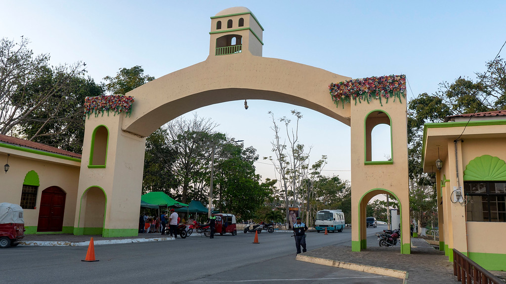 Flores Guatemala: Entering the island of Flores, the archway
