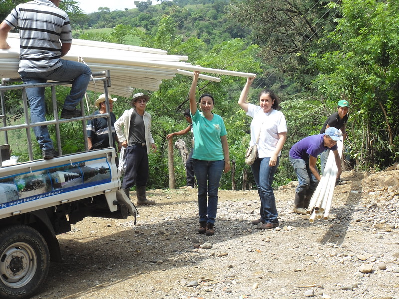 Rotarians from Club Rotario Chiquimula de la Sierra help unload the PVC pipes for water distribution.