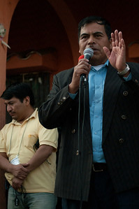 The municipal mayor of Huitán, Javier López Lucas, addresses the gathered public at the close of voting.