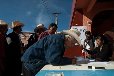 Men vote in Huitán's urban center.