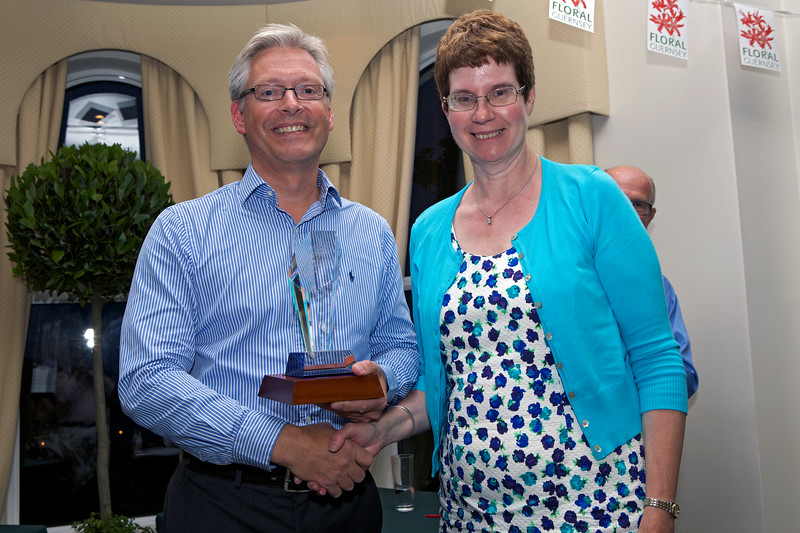 Floral Guernsey Awards Mike Hopkins to Sarah Plumley Tourist Award 160714 ©RLLord 4786 smg