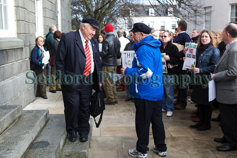 240210 Royal Court steps Suez protest 240210 ©RLLord 9781 smg