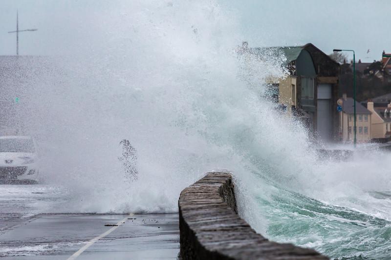 Belle Greve Bay wave overtops walker 100416 ©RLLord 9542 smg