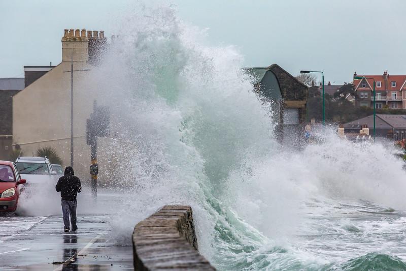 Belle Greve Bay wave overtops walker 100416 ©RLLord 9546 smg