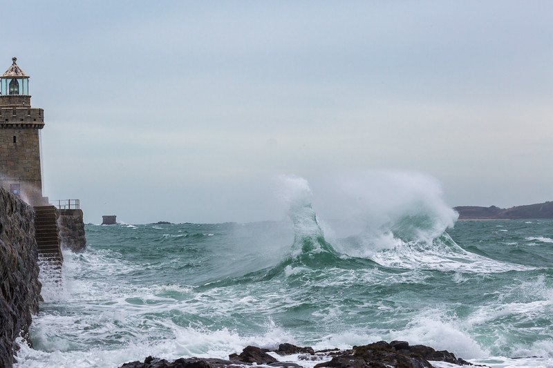 Castle Breakwater Lighthouse rising waves 100416 ©RLLord 9902 smg
