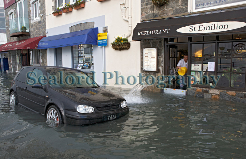 St Peter Port waterfront flooding St Emilion baling out water 030314 ©RLLord 8552 smg