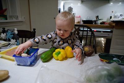 Bjartur velur grænmeti með kvöldmatnum.