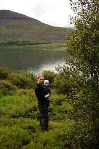 Mamma og Bjartur að skoða lóðina.