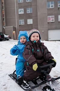 Bjartur og Markús á sleða við Andrésbrunn 2. febrúar 2011.
