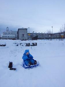 Skruppum út á sleða í næstu brekku - við gömlu Heilsugæsluna við Barónsstíg.